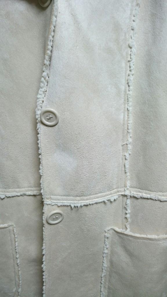 無料シミ抜きを要望した白いコートの口紅は気にならないよう程度までは落ちている。